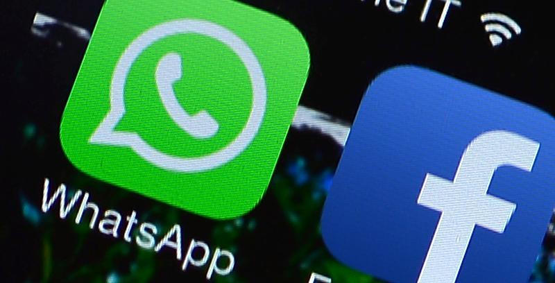 WhatsApp und Facebook als Application auf einem Smartphone