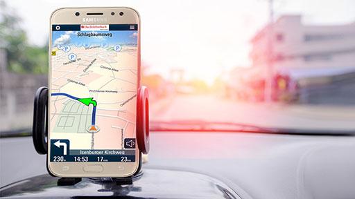 Handy im Auto mit Navigationsapp