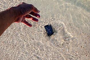 Handy fällt ins Meer