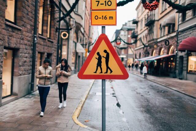 Vorsicht: unaufmerksame Leute am Handy