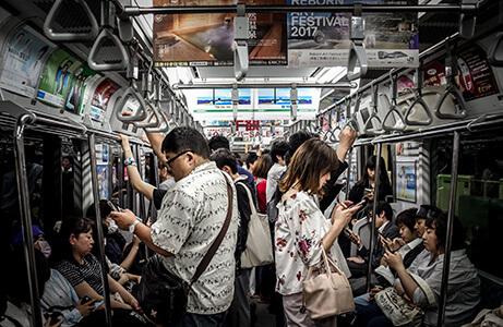Viele Menschen am Handy in der Bahn