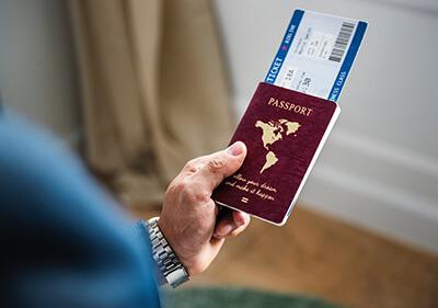 iPhone als Reisepass mit Flugtickets