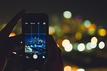 Fotografie auf dem Handy in der Nacht